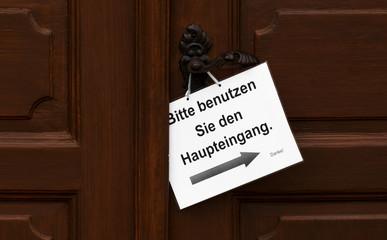 Bitte den Haupteingang benutzen