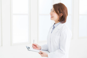 白衣の女性 問診票