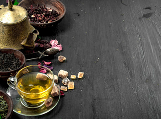 Different kinds of tea with brewed tea.