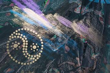 Yin und Yang in Gold und Interferenz-Farben auf dunklem Hintergrund, Gouache-Malerei auf Leinwand, Acryl, Crackle-Paste, Ausschnitt, Hintergrund, Textur, Sonne, Himmel