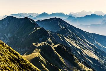 Silhouette kurz nach Sonnenaufgang vom Brienzergrat Richtung Brünig, Gebirgskette im Berner Oberland, Schweiz