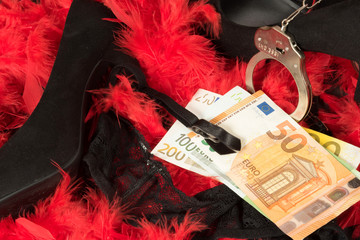 High Heels, Dessous, Handschellen und Geld für eine Prostituierte