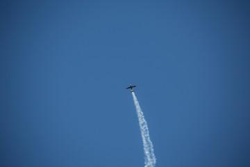 Propellermaschine am strahlend blauen Sommer Himmel