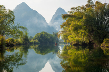 Foto op Aluminium Reflectie Amazing natural landscape. Beautiful karst mountains reflected in the water of Yulong river, in Yangshuo, Guangxi province, China.