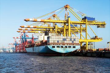 Containerschiff bei der Verladung am Containerterminal in Bremerhaven, Norddeutschland