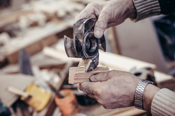 The carpenter makes frames.