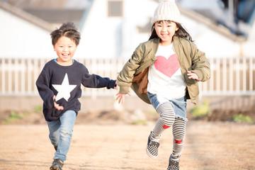 笑顔で走る子供