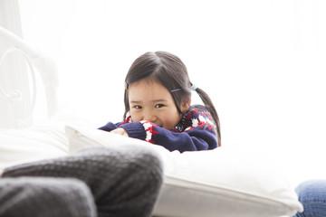 かわいい女の子がお家で遊んでいます。
