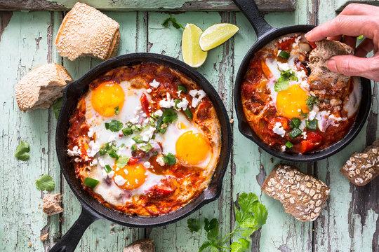 Shakshuka, Petit Déjeuner Arabe fait d'oeufs Pochés à la Sauce Tomate