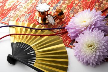 金色の扇子とダリアと和小物と組紐と和布