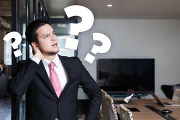 疑問を感じるビジネスマン
