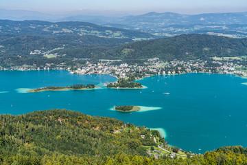 Wörthersee in Kärnten Austria mit der Kapuzinerinsel (mittig) und dem Ort Pörtschach im Hintergrund sowie der Schlangeninsel links