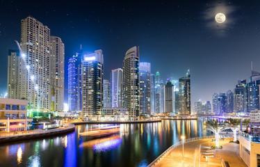 Die Wolkenkratzer der Dubai Marina am Abend mit Vollmond