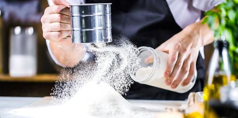 Mehl sieben (Teig Zubereitung)