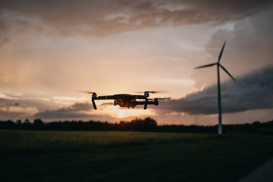 Drohne über Feld bei Sonnenuntergang