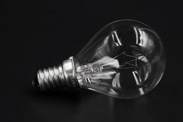 Glühbirne close-up liegend isoliert auf schwarz
