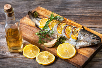 Foto auf AluDibond Fisch Fried fish with a slice of lemon