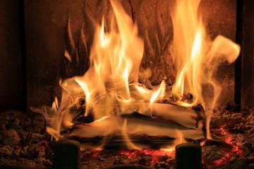 Fototapeta Płomienie ognia w kominku, spalanie papietu, dokumentacji. obraz