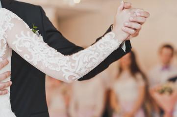 Dance posture support hands in ballroom dance 600.
