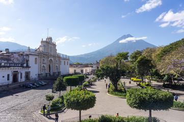 Ville d'Antigua Guatemala et volcan de Agua