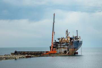 Türaufkleber Schiff Dismantling of an old rusty ship to scrap metal