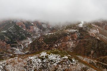 Pueblo de Bouzas y carretera de acceso entre los montes. Ponferrada, Montes de León.