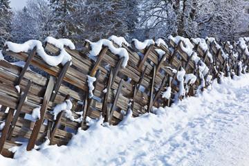 Winterwanderweg mit Holzzaun