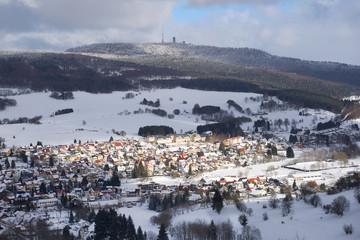 Brotterode mit Inselberg im Winter, Mittelgebirge, Dorf