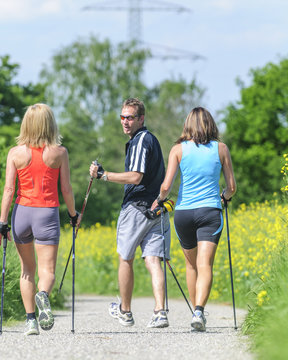 Spass beim Workout mit Nordic Walking-Equipment