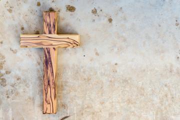 Holzkreuz liegt auf einer Steinplatte
