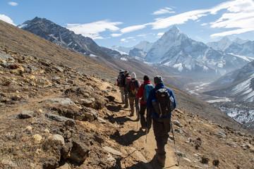 Trekkinggruppe in Nepal auf dem Weg zum Mount Everest Base Camp
