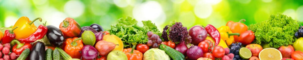 Panorama świezi warzywa i owoc na zamazanym tle zieleni liście.
