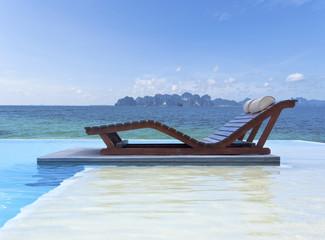 piscine à débordement sur plage de Thaïlande