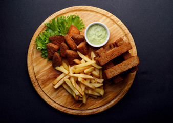 snacks for beer, toast, french fries, nagens, sausages, chicken wings, sauces