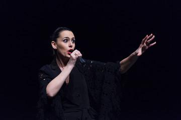 donna che canta sul palco