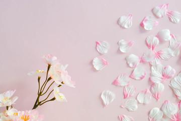 桜の花びらで作った春のイメージ