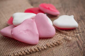 bonbons en forme de coeur sur fond en bois
