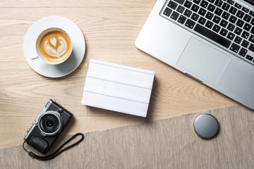 Freie Fläche auf lightbox für Nachrichten mit Kamera auf Schreibtisch von oben