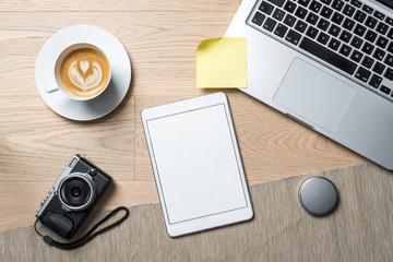 Leere Fläche auf Tablet Bildschirm für Nachrichten mit Kamera auf Schreibtisch von oben