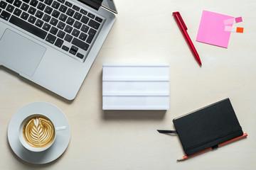 Freie Fläche auf lightbox für Nachrichten mit Notizblock auf Schreibtisch von oben