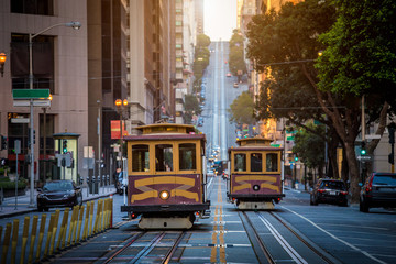 Ingelijste posters Amerikaanse Plekken San Francisco Cable Cars on California Street at sunrise, California, USA