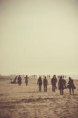 foule se promenant sur la plage