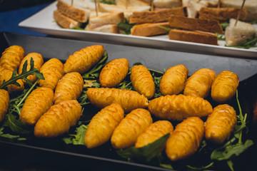 Crocchette di patate o mozzarella nel letto di rucola al buffet