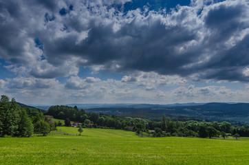 gruene landschaft mit wolken am himmel