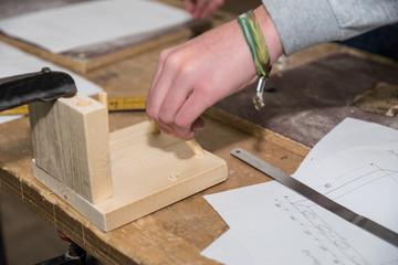 Facharbeiter stellt Holzverbindungen her