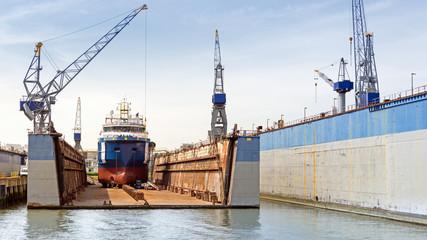 Frachtschiff zum Überholen im Trockendock, Rotterdam, Hafen, Schiffswerft in den Niederlanden