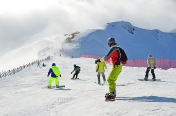 """Сочи, горнолыжный курорт Роза Хутор. Сноубордисты на горнолыжной трассе """"Тритон"""""""