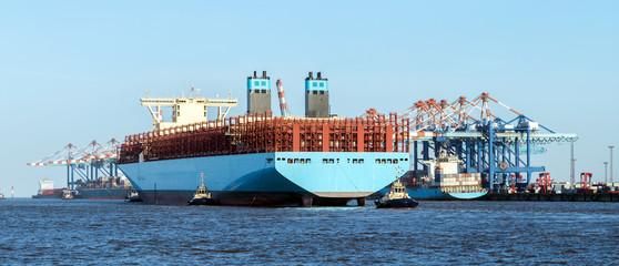 Anlegemanöver eines Containerschiffes im Überseehafen von Bremerhaven in Norddeutschland