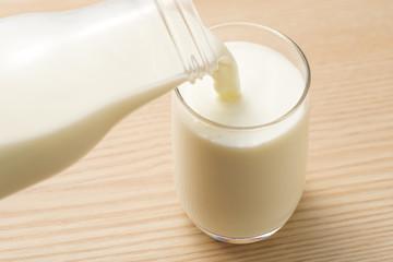 ガラスのコップに牛乳を注ぐ