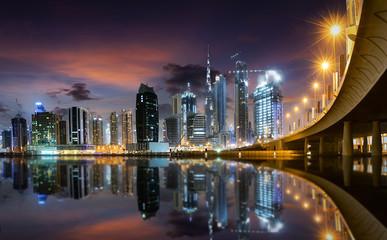 Dubai Business Bay bei Sonnenuntergang mit Blick auf die Skyline
